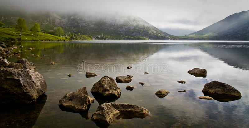 Odbicia na Enol jeziorze fotografia royalty free