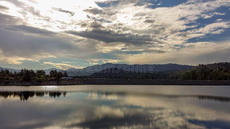 Download Odbicia Na Papoose Jeziorze W Południowym Kalifornia Zdjęcie Stock - Obraz złożonej z odbicia, pokojowy: 106906032