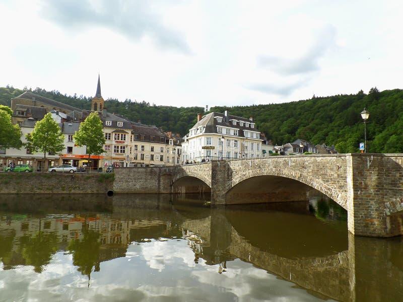 Odbicia stary kamienia most i roczników budynki na Semois rzece przy Bouillon obrazy royalty free