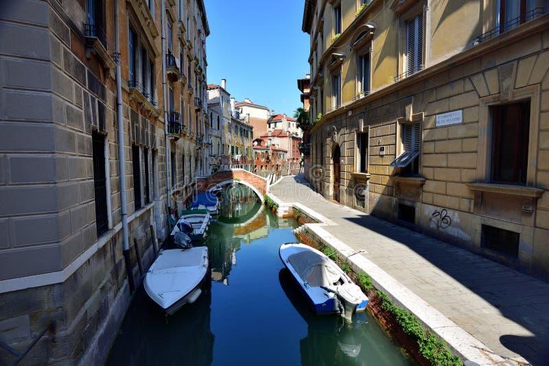 Download Odbicia w kanale Wenecja obraz editorial. Obraz złożonej z jacht - 106924225
