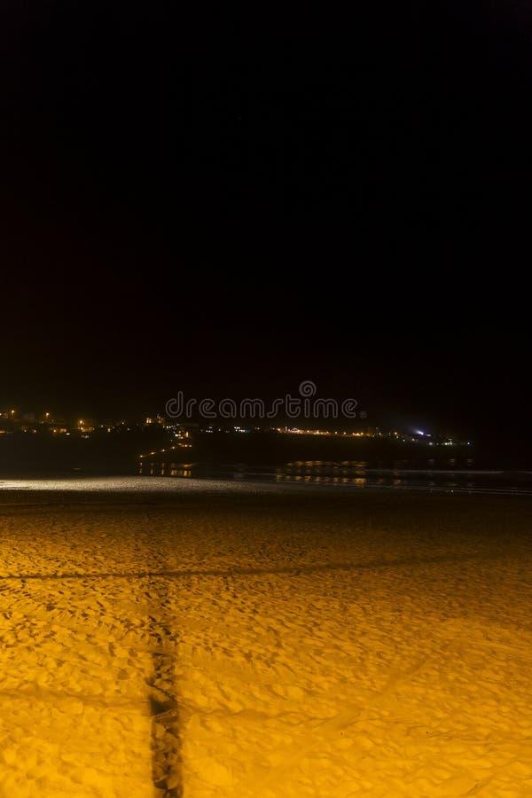 Odbicia w morzu plaża w ciemnej nocy obraz royalty free