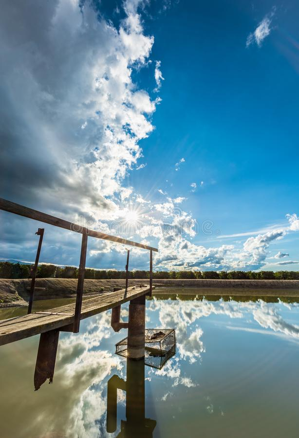 Odbicia w stawie duży niebieskie niebo i chmury obrazy stock