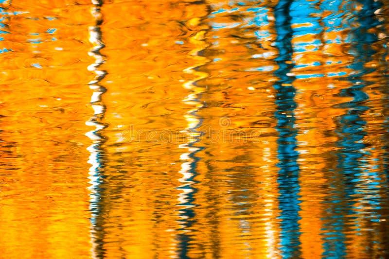 Odbicia w wodzie, abstrakcjonistyczny jesieni tło obrazy royalty free