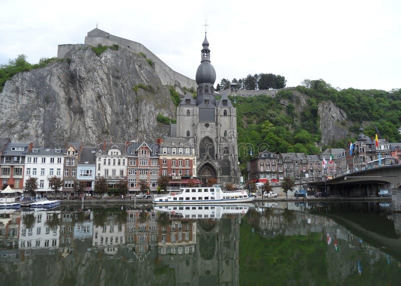 Odbicia wspaniali punkty zwrotni i architektury Dinant na Meuse rzece, Belgia zdjęcie stock
