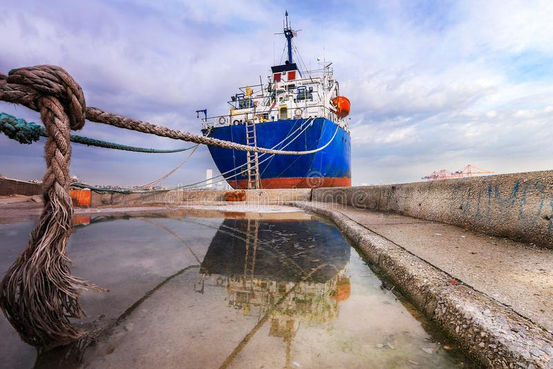 Odbicie ładunku statek na podłoga obraz stock