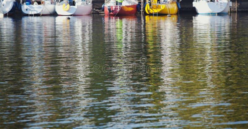 Odbicie łodzie w zielonej wodzie rzecznej obrazy royalty free