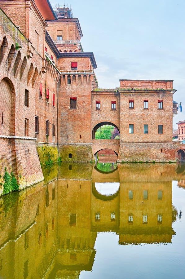 Odbicie średniowieczny kasztel w Ferrara, Włochy obraz stock