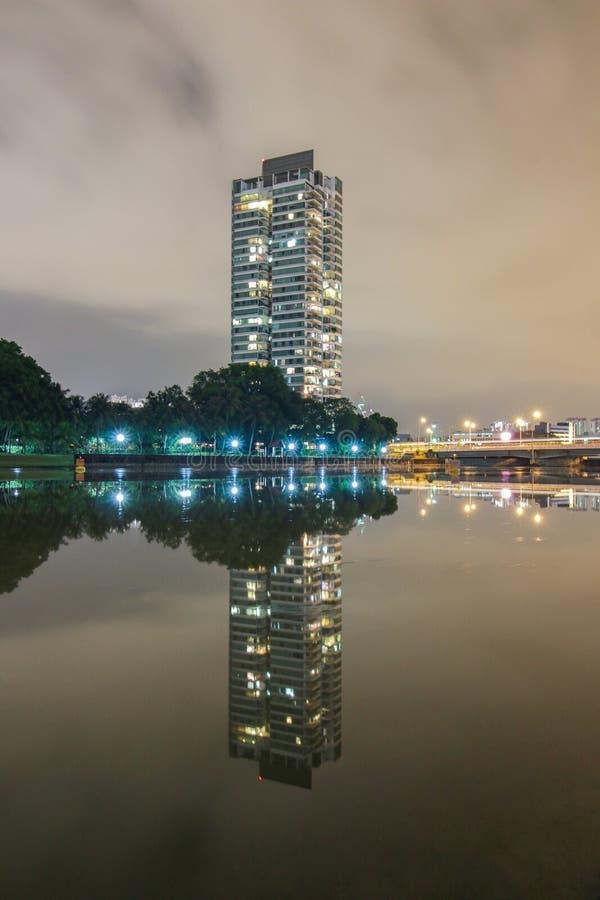 Odbicie budynek przy nocą obrazy royalty free