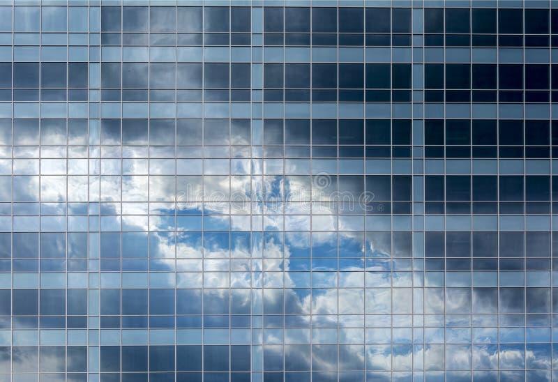 Odbicie chmury w Windows kondygnacja szklany budynek i niebo zdjęcie royalty free