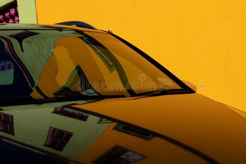 Odbicie colourful domy w samochodzie w malajczyk ćwiartce, Bo Kaap, Kapsztad fotografia stock