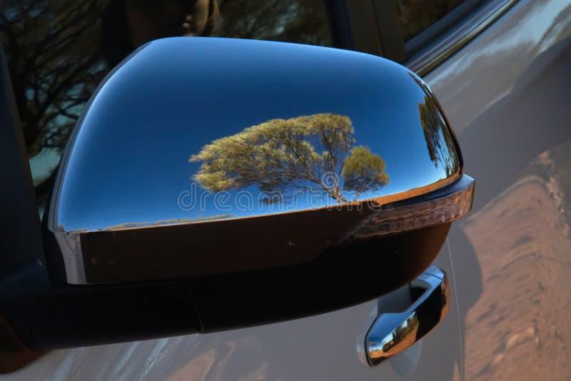 Odbicie drzewo w samochodowym skrzydłowym lustrze w Australijskim odludziu fotografia royalty free
