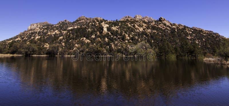 Odbicie góra w wodzie przy Granitowym Basenowym Rekreacyjnym terenem w prescotcie, Arizona, usa zdjęcie royalty free