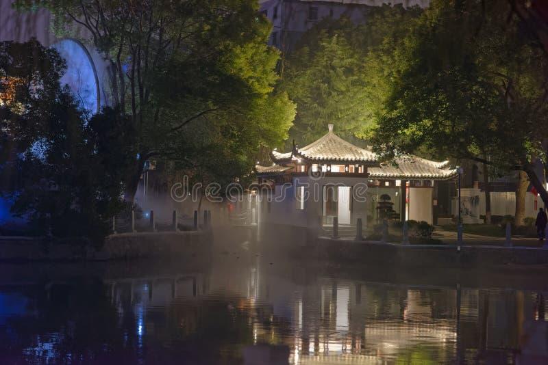 Odbicie jezioro pawilonu parka noc zdjęcie stock