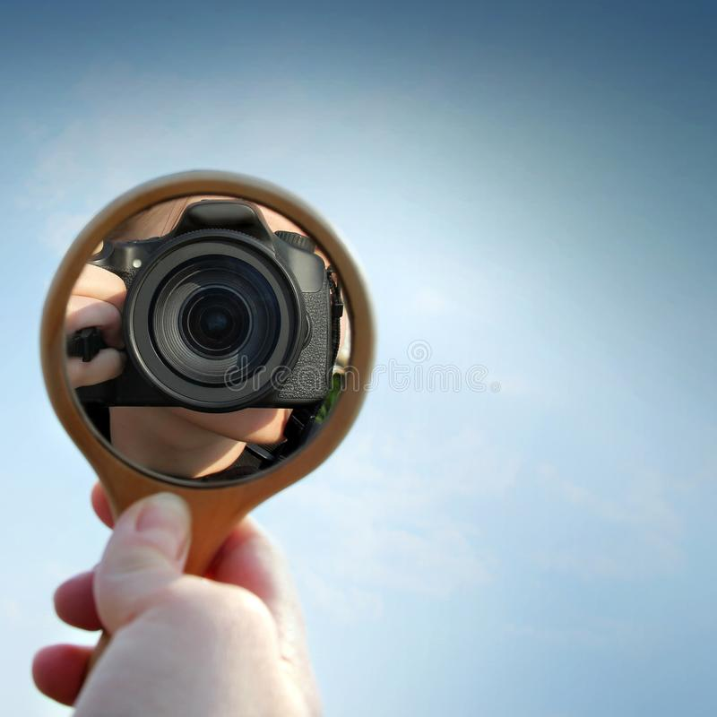 Odbicie kamera w lustrze na tle piękny niebo obraz stock