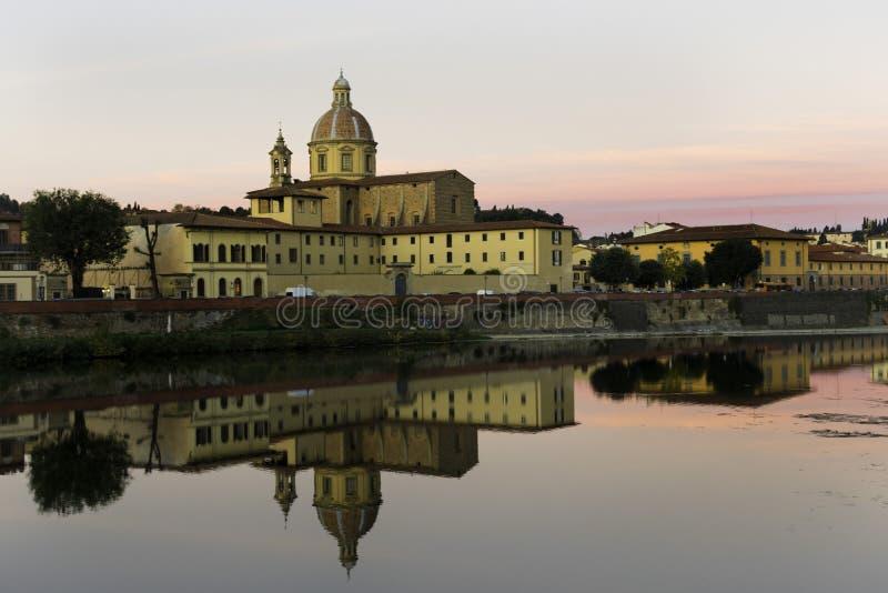 Odbicie miasto Florencja w rzece Włochy zdjęcie stock