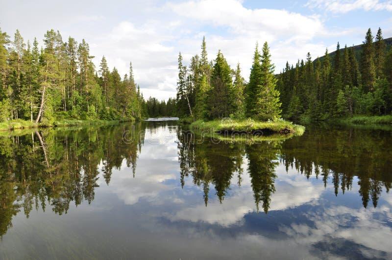Odbicie na spokojnym jeziorze fotografia royalty free