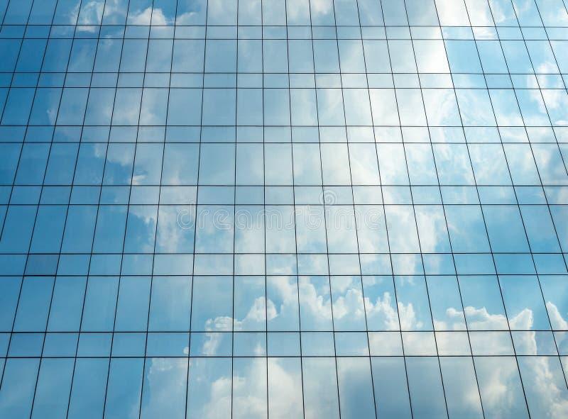 Odbicie niebo i chmura na szklanym budynku obraz stock