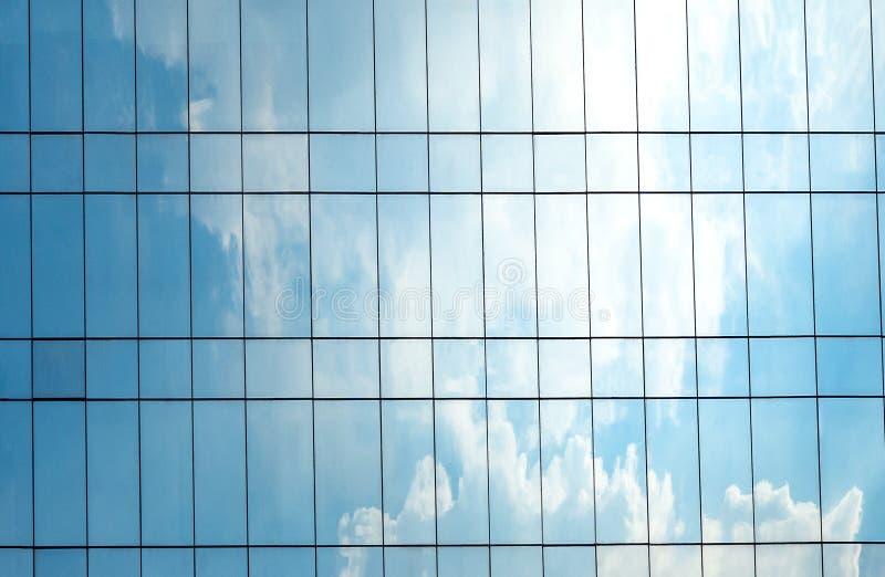 Odbicie niebo i chmura na szklanym budynku zdjęcie royalty free
