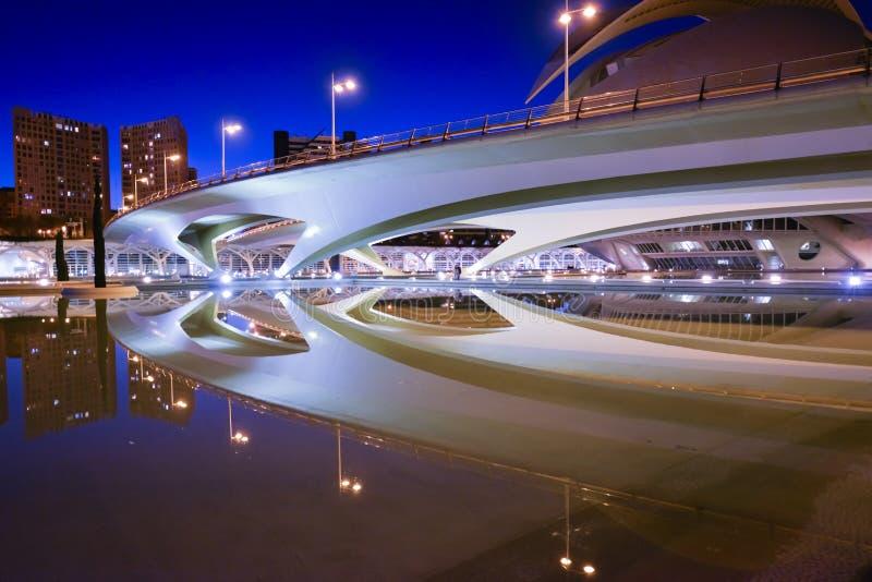 Odbicie nowożytny most zdjęcia royalty free