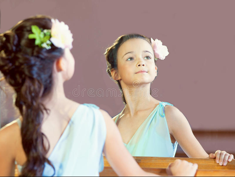 Odbicie pełen wdzięku mała balerina, zakończenie obraz stock