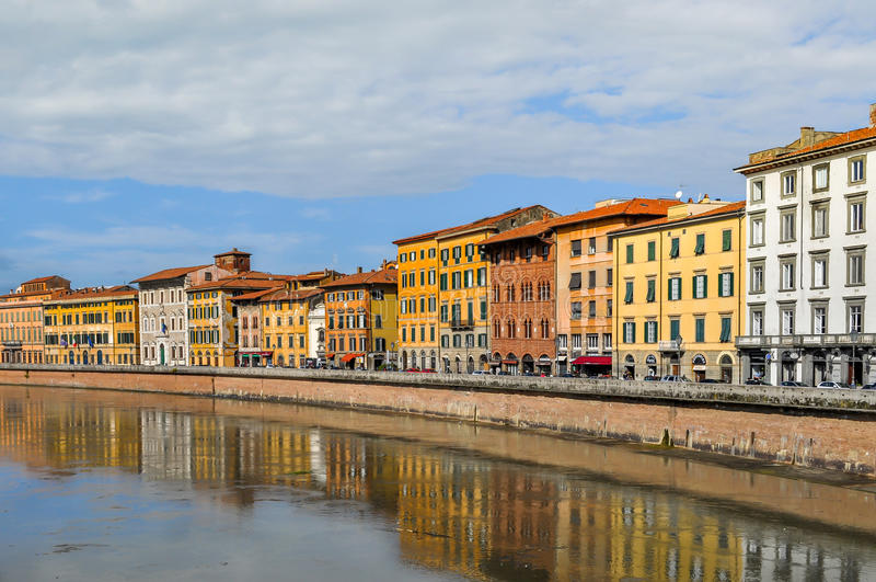 Odbicie Pisa w Arno rzece, Włochy fotografia royalty free