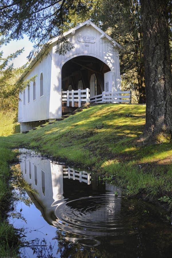 Odbicie Ritner zatoczka Zakrywał most w basenie deszczówka obraz stock