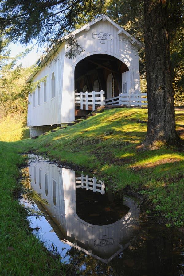 Odbicie Ritner zatoczka Zakrywał most w basenie deszczówka obrazy stock