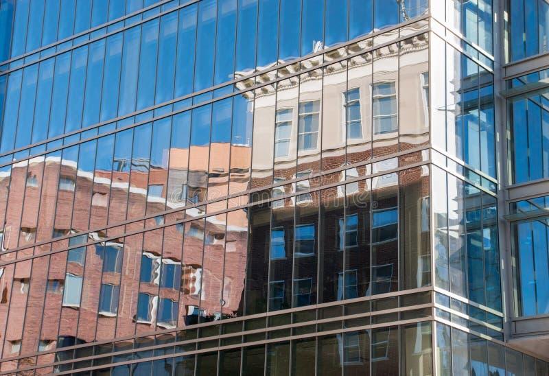Odbicie Starzy klasyczni domy w szklanych okno nowy drapacz chmur zdjęcie royalty free
