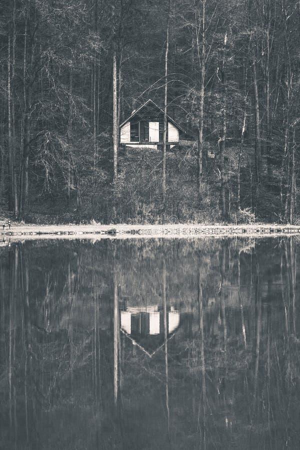 Odbicie straszny jezioro dom zdjęcia royalty free