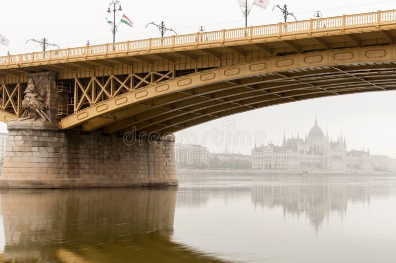 Odbicie Węgierski parlament pod Margaret mostem, Budapest obraz royalty free