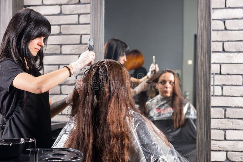 Odbicie w ampuły lustrze atrakcyjny stylista podczas procesu fotografia royalty free