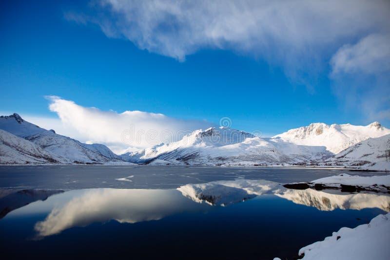 Odbicie w fjords lofoten zdjęcie royalty free
