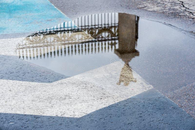 Odbicie w kałuży po deszczu dekoracyjny historyczny metalu ogrodzenie Tajemniczy abstrakt, bramy wejście w sen zdjęcie royalty free