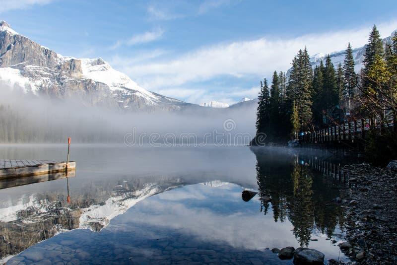 Odbicie w Szmaragdowym jeziorze BC Kanada obrazy stock