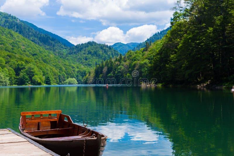 Odbicie w wodzie halni jeziora i łódź Czarny jezioro w Durmitor parku narodowym w Zabljak Montenegro, Europa Karpacki, Ukraina, E zdjęcie stock