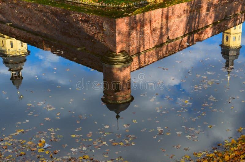 Odbicie w wodzie stary, antyczny średniowieczny kasztel w centrum Europa z, góruje i spiers verdure pozyskiwania środowisk gentil obrazy stock