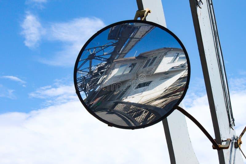 Odbicie w wyginającym się lustrze wspinał się na remisu moscie w mistyczce Connecticut obrazy stock