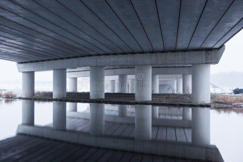 Odbicie w zimnej wodzie pod A5 autostrady mostem zdjęcie royalty free