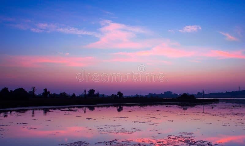 Odbicie wczesny poranek chmury i colours obrazy stock