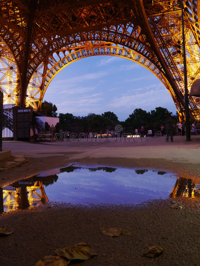 Odbicie wieża eifla na dżdżystym Paryskim dniu zdjęcie royalty free
