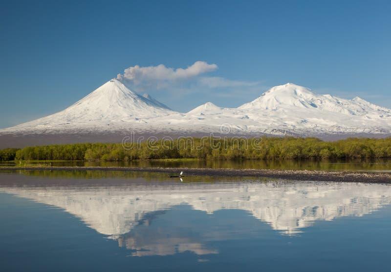 Odbicie wulkan w jeziorze fotografia royalty free
