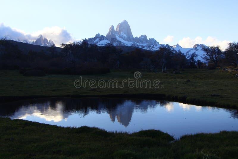 Odbicie wysocy szczyty w jeziorze zdjęcia royalty free