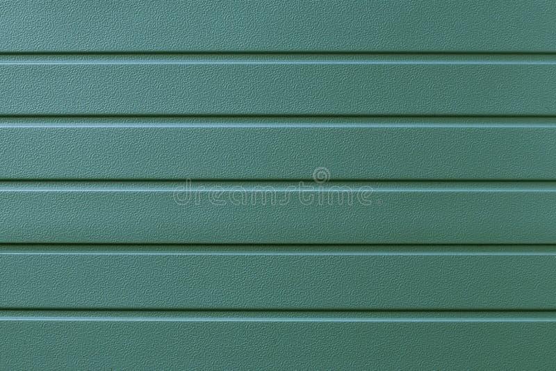 Odbijać metal wypukłą teksturę w liniach Zielona kruszcowa żebrująca powierzchnia abstrakta schematu Metal zamyka tło Zielony bac zdjęcia royalty free