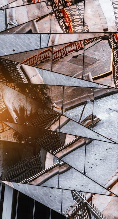 Odbijający fasadę, odzwierciedla trójboki obraz royalty free