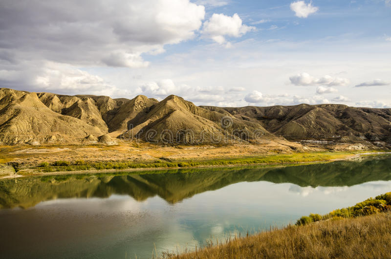 Odbijająca jesieni rzeka zdjęcie royalty free