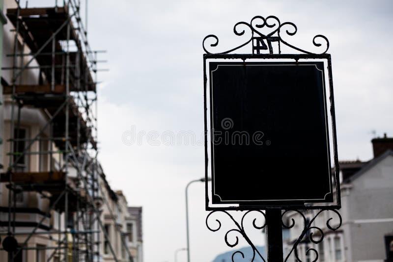 Odbitkowy astronautyczny billboard na ulicie Uliczny reklamowy pusty billboard Horyzontalny pusty billboard na miasto ulicie W pl obrazy royalty free