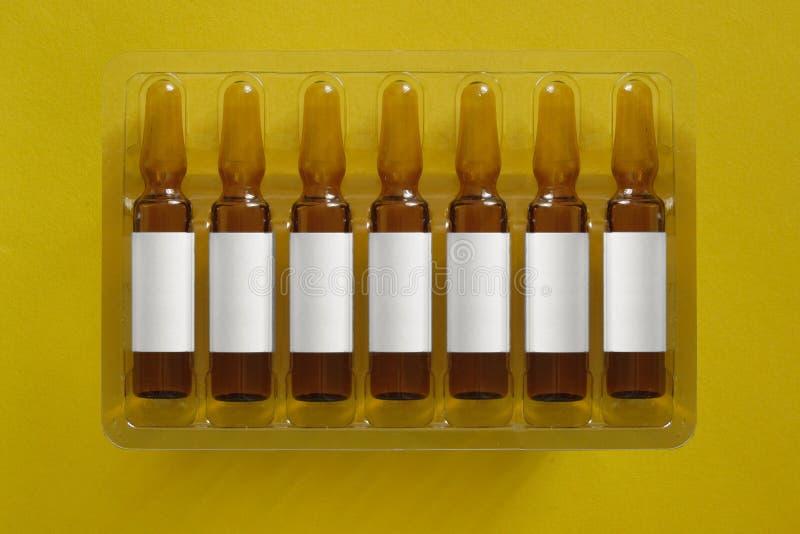 Odbitkowy astronautyczny chodnikowa tytu? medycyny pharma leka wizerunki Siedem ampules z pustym miejscem narzuta listy inskrypcj obraz royalty free