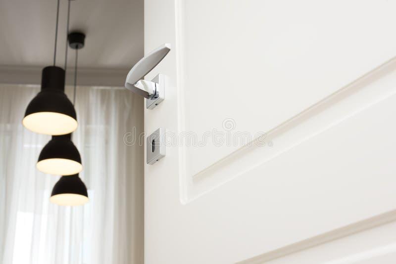 Odchylony biały drzwi Chrom drzwiowych rękojeści premia Świecznik i sufit w tle obraz royalty free