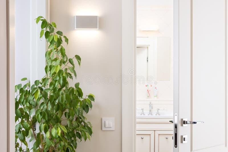 Odchylony biały drzwi w jaskrawej łazience Serii zmiana i nowożytny zdjęcia royalty free