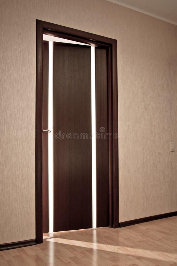 odchylony drzwi obrazy stock